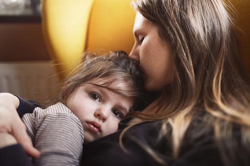 Mamma che bacia la figlia