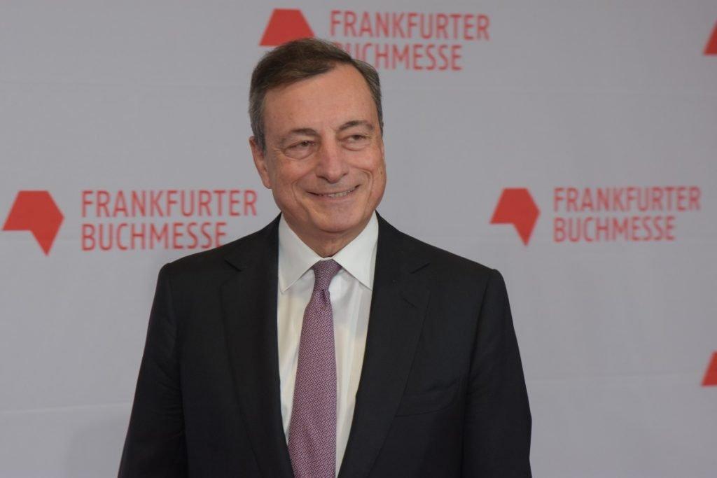 Mario Draghi che ride Reddito di emergenza e Draghi. Futuro in tre giorni (Foto di Markus Wissman)