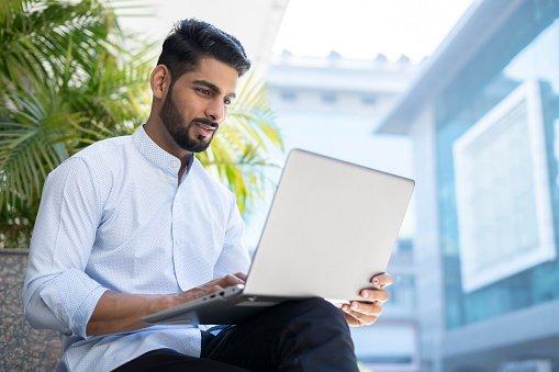 Uomo che cerca offerte di lavoro online